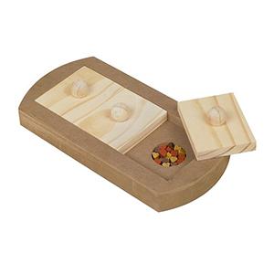 Hondenpuzzel denkspel Tray is van hout en heeft drie blokken die verschoven of opgetild kunnen worden om de beloning hieronder te krijgen