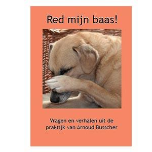 Boek Red mijn baas van Arnoud Busscher met op de koffer een bruine hond met een poot over zijn neus