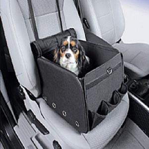 Reistas van Nobby zwart op een autostoel met een hond erin