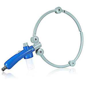 Grijze grote ring met blauw handvat waar water uit komt